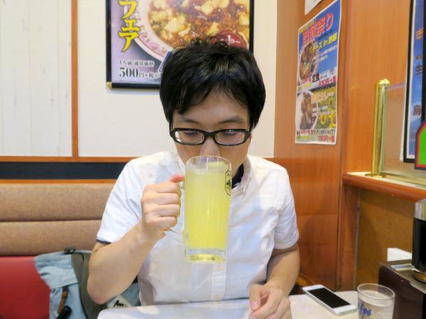 オレンジジュースを注文する同行者のAさん