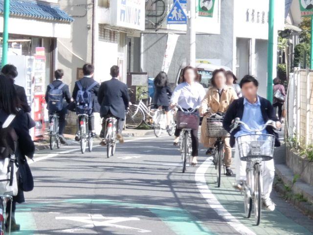 狭い道路を自転車が高速で行き交う。 下町の特急列車、市川の京浜急行といってもいい。