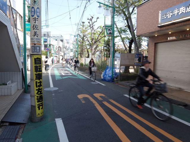 「自転車は左通行」の注意書きが電信柱に貼られている。自転車が多ければルールができる。<br>制限速度20km/hも、自転車のためにあるといってもよさそうだ。