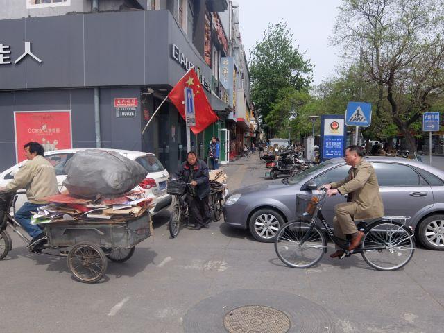 ジャッキーっぽい髪形や、角刈りのおじさんと、黒い自転車と、黄色いような茶色いような服と。 ベタな中国!という感じだ。