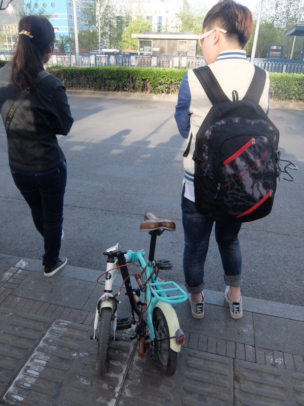 かと思えば、折りたたみ自転車をバスに乗せて移動する人も。北京でも健康志向。
