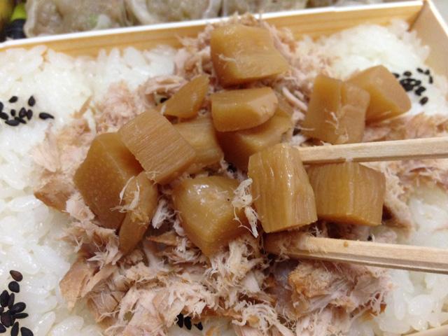 (2)「筍煮」をご飯の上にまぶす