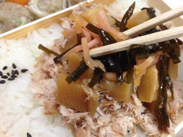 (3)「切り昆布&千切り生姜」をご飯の上にまぶす