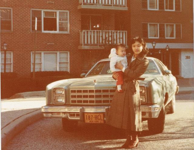 35年前、ニューヨーク郊外の自宅アパート前にて