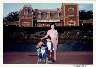1982年、日本帰国時に立ち寄ったロスのディズニーランドにて
