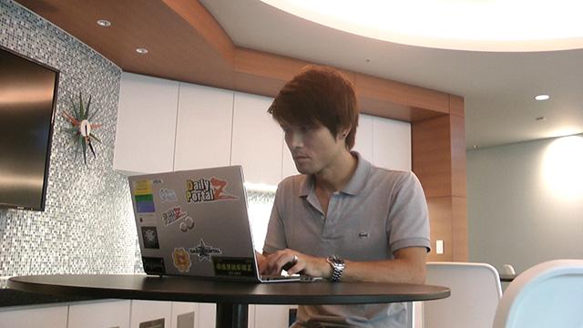 写真1.パソコンで仕事をする被写体