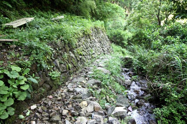 石積みで整地された平場も見られる。かつては建物があったのだろう