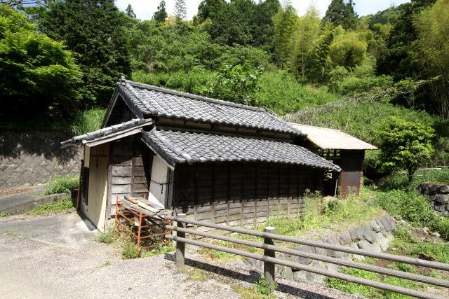 公園として整備されている道路の傍らには、古い家屋が見られる