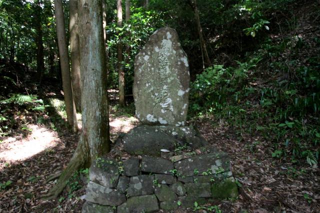 路肩に鎮座する石碑は、交通安全を願って天保6年(1835年)に築かれたものだ
