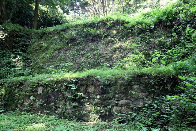 二段に造成された、堅固な石積みである