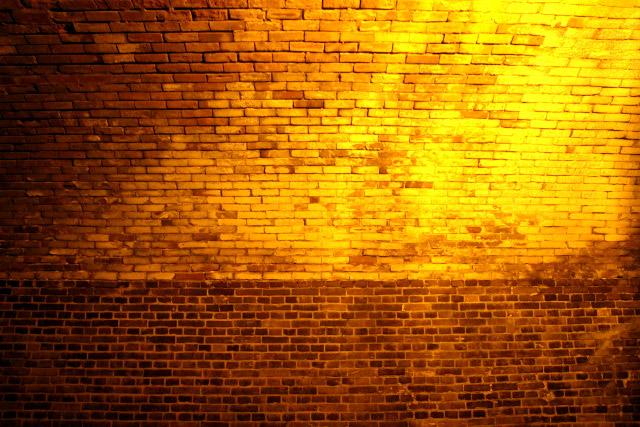 ひとつひとつ色合いが違う煉瓦と、減衰率の高い照明の相乗効果でより美しく見える