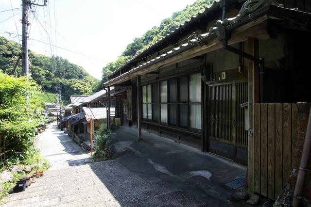 建ちの低い家屋が多く、古い建物も結構残ってる印象