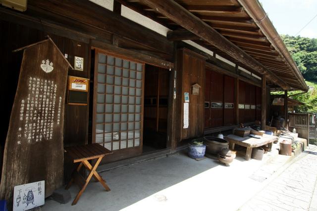こちらのお宅は秀吉に馬の沓を献上して小田原征伐の戦勝祈願をしたそうで、そのお礼として与えられたという羽織りが残されている