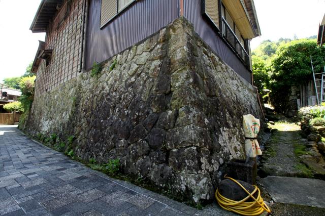 古い建物も印象的だが、その家屋を支えている石積みがあまりに立派で目を見張った