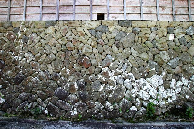 城郭の石垣のように整った感じではないが、様々な形の石をうまく組み上げていて味がある