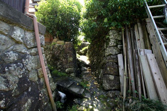 裏路地は石積みが絶妙に入り組んでいて、まるで芸術作品のような美しさだった