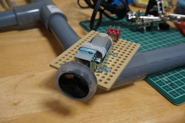 タミヤのユニバーサルギヤボックスを使うと、ミニ四駆のタイヤを付けられる2mm径のシャフトを出力軸として使える。