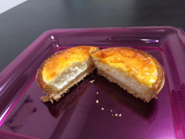割ってみると中には軟らかいチーズが!