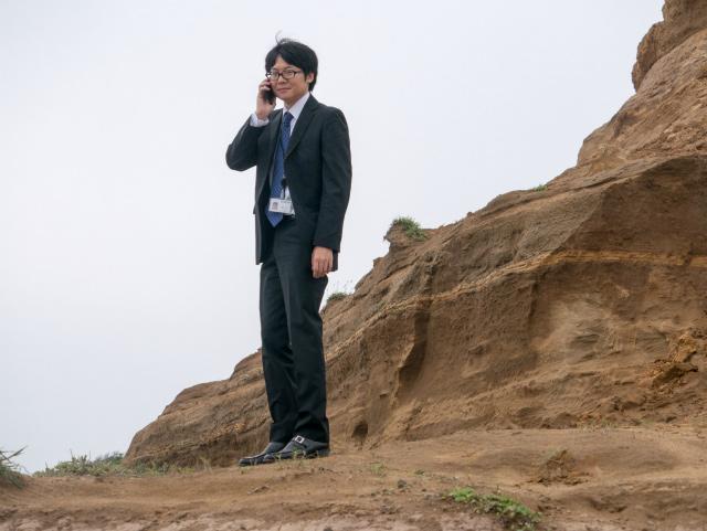 「はい、崖です。おせわになっております。あ、西村ですね、今呼び出します」