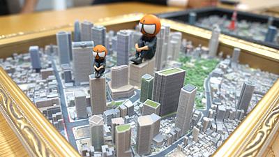 西新宿の高層ビルに座り下界を眺めるZ君。ちなみに、模型の色は3Dプリンタから出力された段階でついています。その辺は後程。