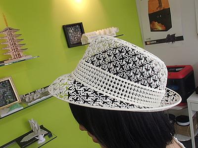 この帽子も3Dプリンタで作ったもの。3Dプリンタの性能は飛躍的に上がっています。