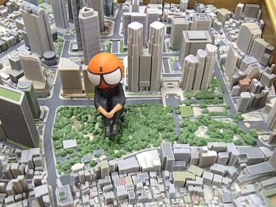 新宿中央公園に座るZ君。ウルトラマンとか巨大ヒーローが街中で休憩するとこうなるのだろう。