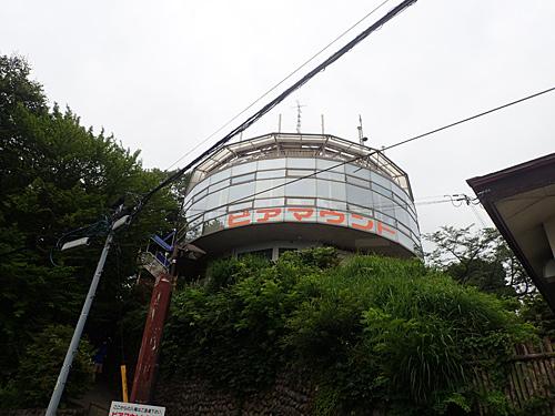 これが有名な高尾山のビアマウントか。時間が早すぎて営業前だった。