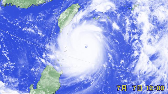 900hPaまで発達した台風1号。眼がクッキリ。