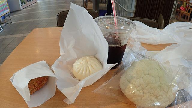 左から「ハムカツ(280円)」「やまゆりポークまん(160円)」「アイスコーヒー(380円)」「海老名メロンパン(220円)」