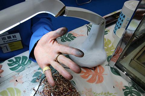 なんかもう指紋に黒鉛染み込んでんじゃないかという山崎さんの手。