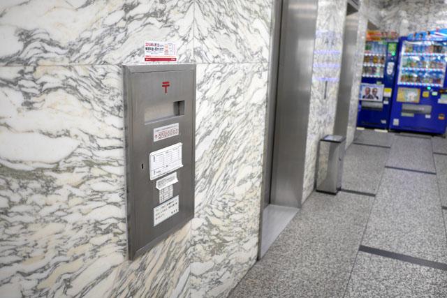 テナント数の多いビルで、玄関前やエレベータホールに設置されてるのがよくあるパターン。これなんかは、ただの郵便受けみたいに見えるけど
