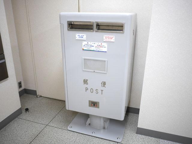 ポストは赤いものだという固定概念も、私設ポストの前では無意味。例えば、こんな灰色のポストもある(郵便差出箱7号を塗装したものと思われる)