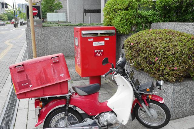 運良く郵政カブとのツーショットが撮影できたこのポストも、やはり私設ポストなのだ