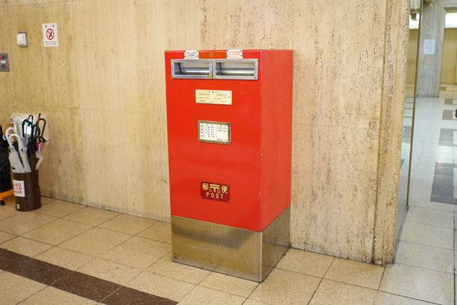 大阪駅前第3ビルの一階には、このような普通のポスト風(でも郵便ポストとは何か違う)の私設ポストが、