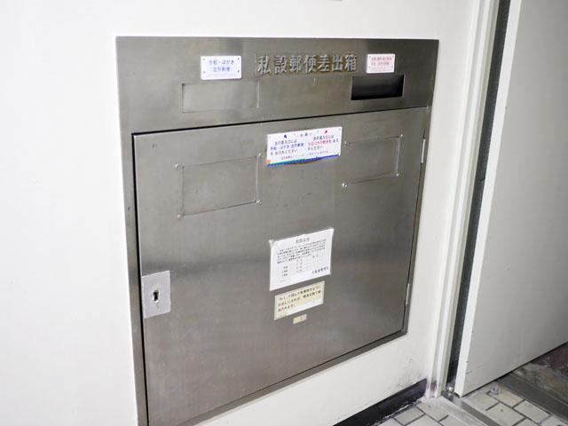 銀色のを見ると、「ああ、これは『壁埋め込み型』の大型バージョンなのだな」と合点がいった。「私設郵便差出箱」が立体文字になっている点も共通しているので、同種の商品だと思われる