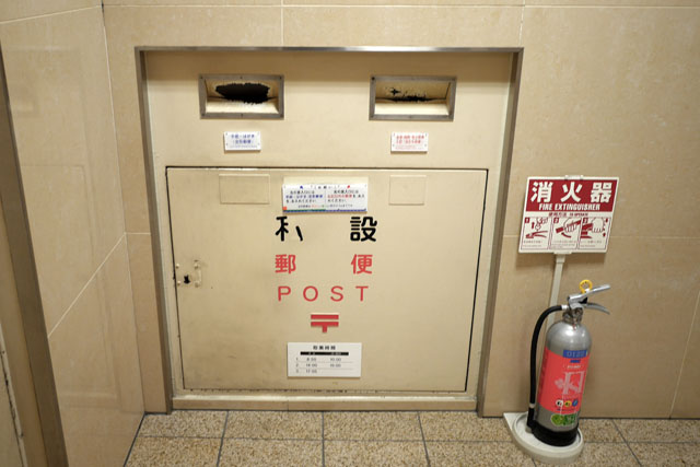 これだけ低い位置にあるポストは珍しい感じがした。梅田の阪神百貨店1階にひっそりと設置されてるので、探してみよう