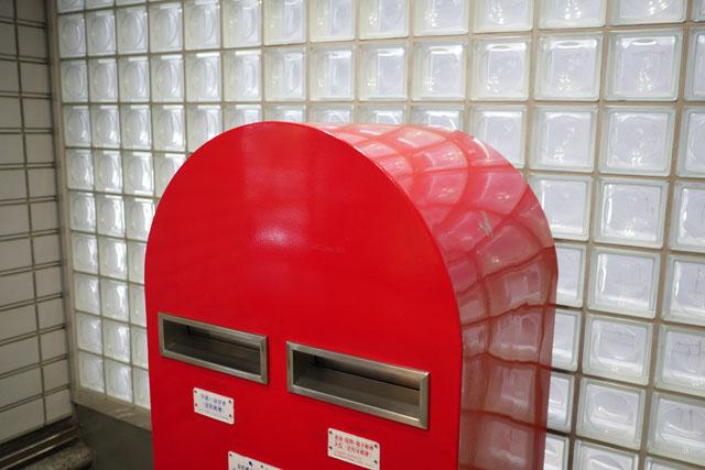 既製品にも見えないが、そのわりには普通の郵便ポストのイメージを引きずっている。どういう立ち位置なんだ
