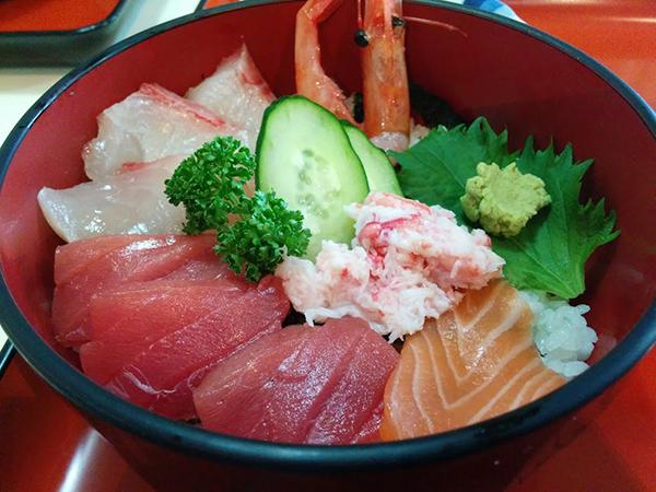 刺し身のキラッキラ具合がすごい。海鮮丼900円。北陸名産でないマグロやサーモンもものすごく美味い(ココ伏線)。