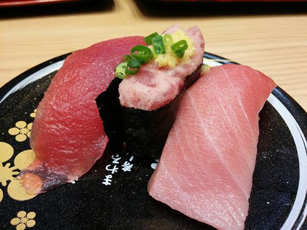 名古屋の市場で仕入れたマグロ三点盛り470円。