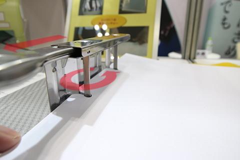 レバーを引くと、固定ピンが90度回転して書類が抜けるように。