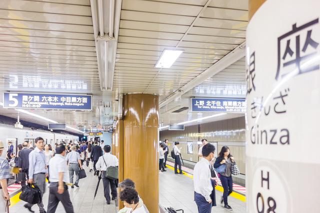 銀座駅、日比谷線ホーム。人が多すぎて鼻が駅の香りに到達できない。