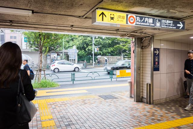 丸ノ内線御茶ノ水駅からいったん外に出て、JRを通り過ぎ新御茶ノ水駅まで歩こう。そのついでに休憩だ。