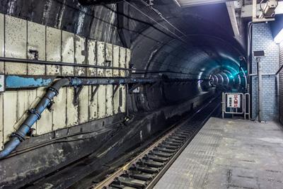 JR横須賀線の地下駅、新橋駅も嗅いだ。地下鉄とは違う香り。とくにホームの端っこ。湧水が育てた有機物の香りだ。メトロにはなかった野性味あふれる香り。ストロング。