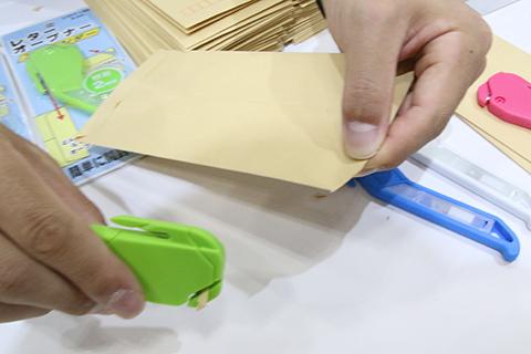 先に封筒に穴を開けてしまう。その手があったか。