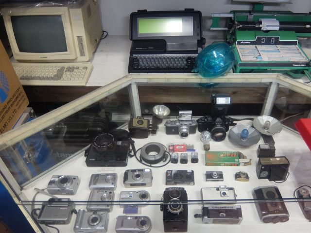 蓄音機からワープロや微妙に古いデジカメ、携帯電話まである!