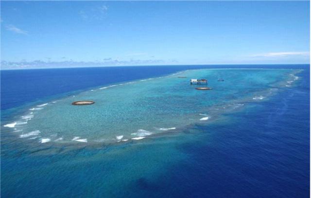 南西側から撮った「沖ノ鳥島」 (画像提供:国土交通省関東地方整備局京浜河川事務所)