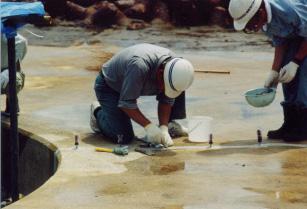 護岸の補修作業の様子 (画像提供:国土交通省関東地方整備局京浜河川事務所)