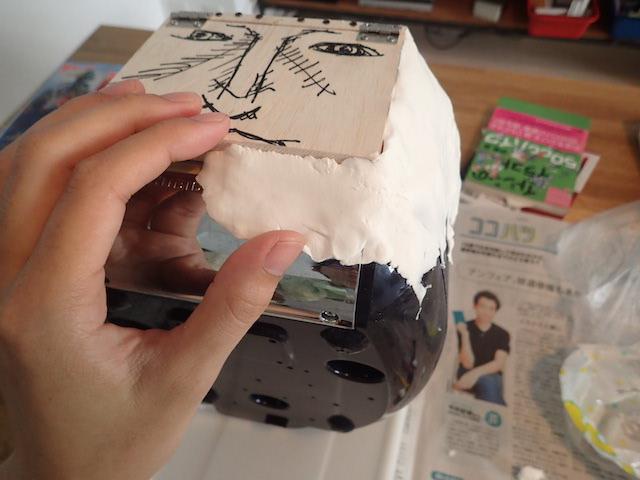 紙粘土を貼り付けていく。