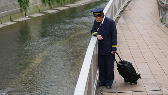 写真11 パイロットの衣装を着てもらったのがこちら。「墜落させたのだろう」「墜落させたんだな」印象としては墜落の一択である