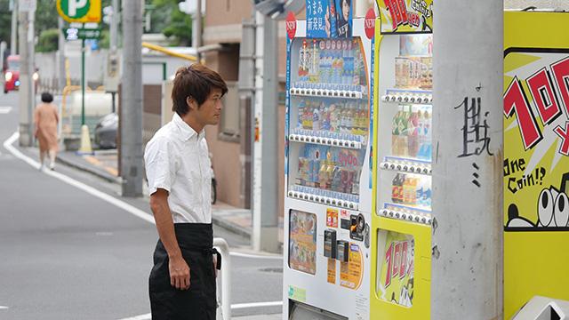 写真4 自販機のそばに立ってもらった。「のどが乾いているのか」「この人は自販機を店のライバルだと思っているのかもしれない」など失敗は想起されなかった